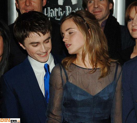 А че он такой радостный у нее сзади то делает??? :)